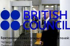 """<p>Вход в офис """"British Counci"""" в Санкт-Петербурге, 14 января 2008 года. Москва в понедельник предупредила о предстоящих визовых ограничениях и других санкциях в отношении патронируемой британской королевой Елизаветой II благотворительной организации British Council, продолжив обвинения в нарушении законодательства. (REUTERS/Alexander Demianchuk)</p>"""