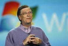 <p>Bill Gates, fondateur de Microsoft. La Commission européenne a lancé de nouvelles investigations sur le géant américain du logiciel, soupçonnant à nouveau un abus de position dominante de sa part sur le navigateur Internet Explorer, la suite bureautique Office et le logiciel de messagerie Outlook. /Photo prise le 6 janvier 2008/REUTERS/Rick Wilking</p>
