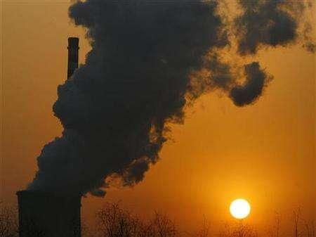 The sun sets next to a smokestack from a coal-burning power station in Beijing January 9, 2008. The United States will press forward with a multibillion-dollar ''clean technology fund'' this year to help China and other developing countries finance advanced technologies to cut greenhouse gas emissions and other pollutants, a top Treasury official said on Monday. REUTERS/David Gray