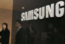 <p>Il logo Samsung e, sullo sfondo, un ragazzo al telefono. REUTERS/Lee Jae-Won (SOUTH KOREA)</p>