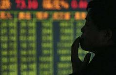 <p>Un uomo in Borsa. REUTERS/Stringer</p>
