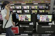 <p>Alcuni lcd di Samsung in esposizione. REUTERS/Han Jae-Ho</p>