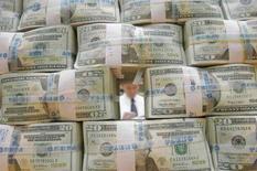 <p>Dollari in una banca. REUTERS/You Sung-Ho</p>