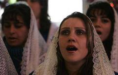 <p>Alcuni fedeli cantano inni religiosi. REUTERS/Atef Hassan</p>