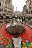 <p>La fontana della Barcaccia in Piazza di Spagna, a Roma, riempita di palline colorate. REUTERS/Remo Casilli (ITALY)</p>