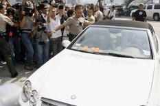 <p>Immagine d'archivio di fotografi attorno all'auto condotta da Britney Spears. REUTERS/Fred Prouser (UNITED STATES)</p>