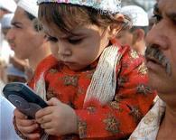 <p>Imamgine d'archivio di un bambino con in mano un cellulare. REUTERS/Sima Dubey (INDIA)</p>