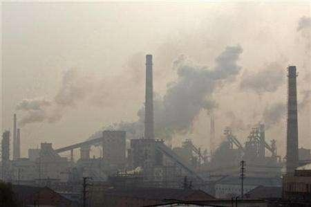 Smoke billows from an iron and steel plant in Hefei, Anhui province December 9, 2007. Atmospheric levels of the main greenhouse gas have set another new peak in a sign of the industrial rise of Asian economies led by China, a senior scientist said on Saturday. REUTERS/Jianan Yu