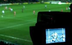 <p>Orange s'est porté candidat à l'acquisition des douze lots proposés par la Ligue de football professionnel (LFP) dans le cadre de son appel d'offres sur les droits audiovisuels de la Ligue 1 pour la période 2008-2012, selon le journal Les Échos. /Photo d'archives/REUTERS</p>