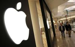 <p>L'action Apple est en recul de 12% mercredi matin à Wall Street, à son niveau le plus bas en quatre mois, les boursiers se faisant du souci pour ses perspectives. /Photo d'archives/REUTERS/John Gress</p>