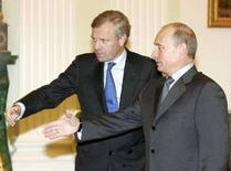 <p>Генеральный секретарь НАТО Яап де Хооп Схеффе (слева) и президент РФ Владимир Путин на встрече в Кремле 26 октября 2006 года. Генеральный секретарь Северо-Атлантического альянса Яап де Хооп Схеффер пригласил российского президента Владимира Путина на саммит НАТО, который пройдет в Бухаресте в начале апреля, сообщил представитель альянса. (REUTERS/Sergei Karpukhin)</p>