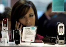 <p>Telefonini esposti al 3GSM World Congress di Cannes nel 2005. REUTERS/Eric Gaillard</p>
