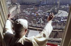 <p>Il Papa dal suo davanzale a San Pietro. REUTERS/Osservatore Romano (VATICAN)</p>