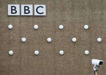 <p>Il logo della Bbc su un palazzo di Londra. REUTERS/Stephen Hird (BRITAIN)</p>