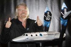 <p>Бизнесмен Ричард Брэнсон демонстрирует модель туристического космолета SpaceShipTwo в Нью-Йорке 23 января 2008 года. Британский бизнесмен Ричард Брэнсон представил новую модель туристического космолета, который должен начать совершать регулярные рейсы на орбиту уже в следующем году. (REUTERS/Chip East)</p>