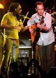 <p>Immagine d'archivio di due musicisti durante un concerto dal vivo. REUTERS/Albert Ferreira AF/HK</p>