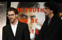 """<p>Ethan (s) e Joel Coen ricevono il premio di migliore fotografia per il loro film """"No Country For Old Men"""" durante il National Board Of Review of Motion Pictures a New York. REUTERS/Lucas Jackson</p>"""