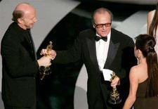 """<p>I produttori Paul Haggis (s) e Cathy Schulman (d) ricevono l'Osca per il film """"Crash"""" dall'attore Jack Nicholson alla cerimonia degli Academy Awards a Hollywood nel 2006. REUTERS/Gary Hershorn</p>"""