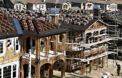<p>Nuove case in costruzione in California. Il valore degli immobili negli Usa è sceso vertiginosamente a causa della recente crisi dei subprime. REUTERS/Mike Blake</p>