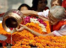 <p>La bisnipote di Gandhi Neelam Parikh mentre disperde le sue ceneri nel Mar Arabico al largo di Bombay per il sessantesimo anniversario della sua morte. REUTERS/Punit Paranjpe (INDIA)</p>