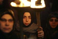 <p>Alcune dimostranti manifestano a Istanbul contro il divieto di indossare il velo nelle università. REUTERS/Fatih Saribas (TURKEY)</p>