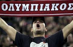 <p>Un tifoso dell'Olympiakos durante una partita. REUTERS/Yiorgos Karahalis (GREECE)</p>