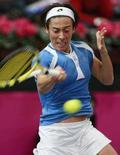 <p>Fed Cup: la tennista Francesca Schiavone durante il match con la spagnola Anabel Medina a Napoli. REUTERS/Tony Gentile</p>