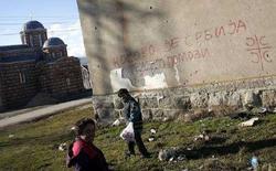 """<p>Мальчики играют у стены с надписью """"Косово - это Сербия. Россия, помоги"""". Провинция Косово, 2 февраля 2008 года. Незначительный перевес, с которым президент Сербии Борис Тадич был переизбран на второй срок, победив националиста Томислава Николича, может стать причиной новых политических битв относительно будущего курса страны. (REUTERS/Damir Sagolj)</p>"""