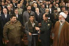 <p>Президент Ирана Махмуд Ахмадинежад (второй слева) ведет финальный отсчет перед испытательным запуском ракеты-носителя, 4 февраля 2008 года February 4, 2008. Иран испытал ракету-носитель, разработанную для вывода на орбиту созданного Исламской Республикой исследовательского спутника, сообщило государственное телевидение. (REUTERS/Fars News )</p>