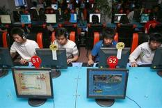 <p>Ragazzi in un Internet café a Suining, in Cina. REUTERS/Stringer</p>