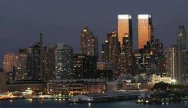 <p>Le torri del Time Warner Center di New York briallano al tramonto in una foto d'archivio. REUTERS/Gary Hershorn</p>