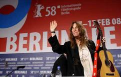 "<p>La musicista americana Patti Smith saluta i fan durante una conferenza stampa di presentazione del documentario a lei dedicato ""Patti Smith: Dream of Life"" al Festival del cinema di Berlino. REUTERS/Johannes Eisele (GERMANY)</p>"
