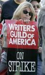 <p>Una manifestazione di protesta della Writers Guild of America. REUTERS/Fred Prouser (UNITED STATES)</p>