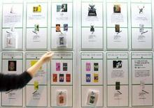 <p>Cellulari Sony in esposizione. REUTERS/Kiyoshi Ota (JAPAN)</p>
