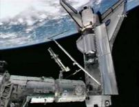 <p>La navicella spaziale Atlantis attraccata alla Stazionae spaziale internazionale in un'immagine della televisione della Nasa. REUTERS</p>
