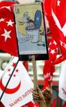 <p>Una manifestazione di musulmani a Istanbul per protestare contro la pubblicazione delle vignette in Danimarca nel febbraio 2006. Si può vedere un manifesto caricaturale del premier danese Anders Fogh Rasmussen. REUTERS/Stringer</p>