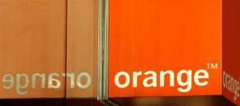 <p>L'insegna di un negozio Orange riflessa nella vetrina. REUTERS/Luke MacGregor</p>