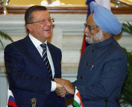 Russia's Prime Minister Viktor Zubkov (L) shakes hands with his Indian counterpart Manmohan Singh during the signing of agreements ceremony in New Delhi February 12, 2008. Zubkov is on a two-day official visit to India. REUTERS/B Mathur