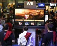 """<p>Appassionati giocano con """"Super Smash Bros. Brawl"""" per Wii a un'esposizione a Los Angeles. REUTERS/Fred Prouser (UNITED STATES)</p>"""