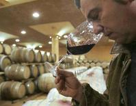 <p>Immagine d'archivio di un assaggiatore di vino. To match Life! story BC-WINE-ITALY/ REUTERS/Dario Pignatelli/File (ITALY)</p>