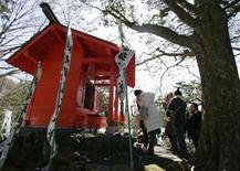 <p>A Moto-Hakone au pied du Fujiyama, des Japonaises prient au petit sanctuaire Kuzuryu où viennent se recueillir ceux et celles qui veulent se marier. /Photo prise le 13 février 2008/REUTERS/Michael Caronna</p>