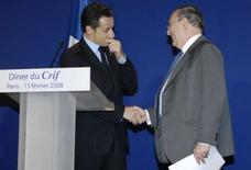 <p>Nicolas Sarkozy et Richard Pasquier, le président du Crif (Conseil représentatif des institutions juives de France). Dominique de Villepin et Jean-Luc Mélenchon se sont étonnés de l'idée de Nicolas Sarkozy de confier à chaque élève de CM2 la mémoire d'un enfant victime de la Shoah, estimant que l'on ne peut pas imposer la mémoire. /Photo prise le 13 février 2008/REUTERS/Gonzalo Fuentes</p>