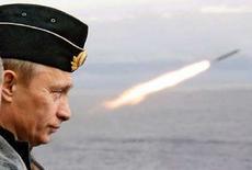 <p>Президент России Владимир Путин наблюдает за пуском ракеты на учениях российского ВМФ в Арктике 17 августа 2005 года. Россия нацелит свои ракеты на Украину, Польшу, Чехию и любые другие государства, если оттуда будет исходить угроза ее безопасности, сказал президент России Владимир Путин. (REUTERS/ITAR-TASS/PRESIDENTIAL PRESS SERVICE)</p>