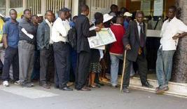 <p>Люди стоят в очереди в один из банков Хараре, чтобы обменять старые купюры на новые 21 августа 2006 года. Уровень инфляции в Зимбабве достиг нового рекордного уровня в 66.212,3 процента в декабре 2007 года в годовом исчислении. (REUTERS/Stringer)</p>