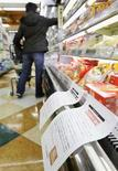 <p>Imamgine d'archivio di un cliente fra i banconi di un supermercato. REUTERS/Kyodo (JAPAN) JAPAN OUT. EDITORIAL USE ONLY. NOT FOR SALE FOR MARKETING OR ADVERTISING CAMPAIGNS.</p>