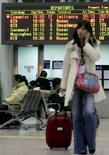 <p>Immagine d'archivio di una turista col telefonino in aeroporto. REUTERS/You Sung-Ho</p>