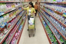 <p>Immagine d'archivio di clienti di un supermercato. REUTERS/Stringer (CHINA) CHINA OUT</p>