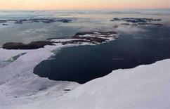 <p>Un'immagine dei banchi di gjiaccio sulla Knox Coast che ritirandosi lasciano intravedere il terreno delle isole Windmill nel territorio antartico australiano. REUTERS/Torsten Blackwood/Pool (ANTARCTICA)</p>