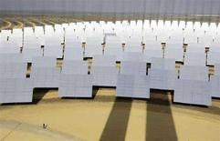 <p>Pannelli solari vicino a Siviglia. REUTERS/Marcelo del Pozo (SPAIN)</p>