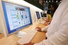 <p>Un utente utilizza iTunes in un negozio Apple di Tokyo. La foto è dell'agosto 2006. REUTERS/Kiyoshi Ota/Files (JAPAN)</p>
